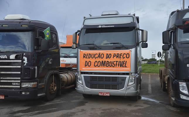 Imagem ilustrativa da notícia: Caminhoneiros protestam por aumento no diesel