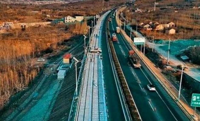 Imagem ilustrativa da notícia: China terá rodovia solar para carregar elétricos