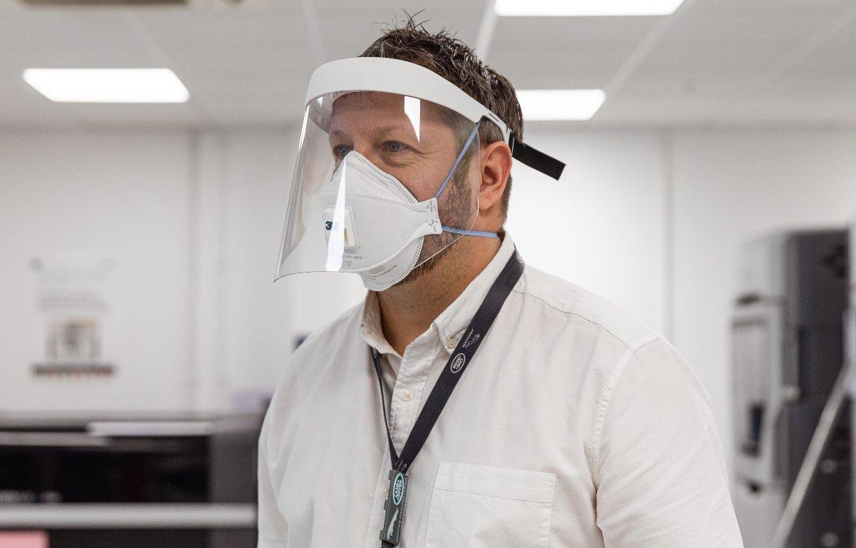 Imagem ilustrativa da notícia: Jaguar Land Rover produz máscaras e oferece carros