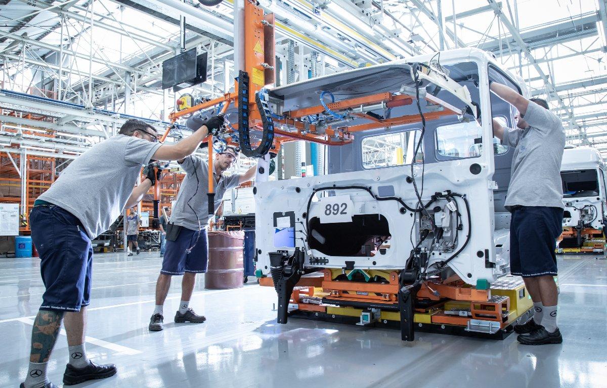 Imagem ilustrativa da notícia: Mercedes-Benz retorna em maio com metade da força de trabalho