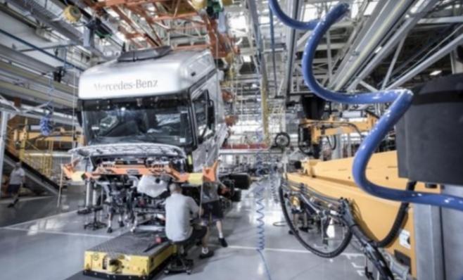 Imagem ilustrativa da notícia: Mercedes-Benz ocupa linha de produção 4.0. De R$ 500 milhões.