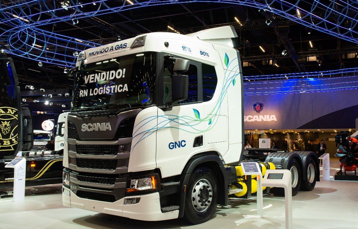 Imagem ilustrativa da notícia: Primeiro caminhão GNVScania foi vendido na Fenatran